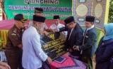 Bupati Pekalongan Asip Kholbihi (tiga kanan) menandatangani prasasti saat peresmian Kampung Tarbiyah Quran di Desa Proto, Kabupaten Pekalongan, Jawa Tengah, Selasa (22/10).