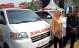 Bupati Purwakarta Anne Ratna Mustika didampingi Wabup Aming saat merilis 183 ambulans desa, di Kampung Paranggombong, Desa Kutamanah, Kecamatan Sukasari, Rabu (26/6).