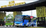 Bus Rapid Transit (BRT) Trans Siginjai melaju keluar dari Bandara Sultan Thaha, Jambi, Kamis (22/4/2021). Pemerintah Provinsi Jambi, PT Angkasa Pura II (Persero), dan Perum Damri secara resmi memulai operasional lima unit armada bus Trans Siginjai untuk melayani para penumpang dari Bandara Sultan Thaha di Kota Jambi menuju Sengeti di Jalan Lintas Timur Sumatera, Muarojambi.