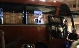 Bus timnas Indonesia yang dilempari batu oleh pendukung timnas Vietnam.