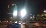 Cahaya videotron dari Gedung BRI Semanggi amat menyilaukan bagi pengendara