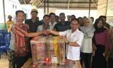 Calon anggota DPD, Tjatur Sapto Edy saat menyerahkan bantuan alat pengelolaan air bersih di Madapolo, Maluku Utara.