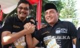 Calon gubernur Sumatra Utara nomor urut satu Edy Rahmayadi (kanan) dan dan calon gubernur Sumatra Utara nomor urut dua Djarot Saiful Hidayat (kiri) bersalam komando ketika menghadiri Deklarasi Kampanye Damai Pemilihan Gubernur dan Wakil Gubernur Sumut, di Medan, Sumatra Utara, Ahad (18/2).