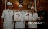 Calon Gubernur/Wagub Bali Ida Bagus Rai Dharmawijaya Mantra (kedua kiri)-Ketut Sudikerta (kiri) dan Wayan Koster (kedua kanan)-Tjokorda Oka Artha Ardana Sukawati (kanan) menunjukkan nomor urut masing-masing saat rapat pleno pengundian nomor urut di kantor Gubernur Bali, Denpasar, Bali, Selasa (13/2).