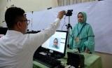 Calon haji Makassar yang tergabung kelompok terbang (kloter) 1 Embarkasi Makassar menjalani perekaman Biometrik di Asrama Haji Sudiang, Makassar, Sulawesi Selatan, Senin (16/7).