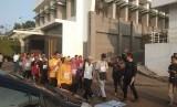 Calon jamaah haji asal Tangerang Selatan mengikuti proses tes kebugaran di RS Sari Asih, Ahad (19/1).