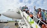 Calon jamaah haji bersiap menaiki pesawat di Bandara Internasional Minangkabau.