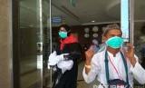 Calon jamaah haji dianjurkan untuk senantiasa mengenakan masker saat berada di ruang terbuka selama di tanah suci. Untuk  mengurangi resiko terkena penyakit menular lewat udara.