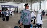 Calon jamaah haji embarkasi Padang  yang tergabung dalam Kloter 01 PDG tiba dengan pesawat Garuda dengan nomor penerbangan GA 3301 di Bandara Internasional Amir Muhammad bin Abdul Aziz, Madinah, Selasa (9/8). (Republika/Amin Madani)
