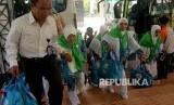 Calon jamaah haji memasuki Asrama Haji Sudiang, Makassar, Sulsel.  (ilustrasi)