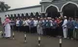 Calon jamaah haji mendengarkan pengarahan dan melakukan manasik di Asrama Haji Pondok Gede, Jakarta Timur sebelum berangkat ke Tanah Suci esok hari, Senin (23/7).
