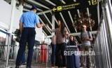 Calon penumpang antre masuk ke dalam terminal untuk lapor diri atau chek in di Termial 1 B Bandara Soekarno Hatta (ilustrasi)