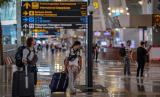 Calon penumpang beraktivitas di Terminal 3 Bandara Soekarno Hatta, Tangerang, Banten.