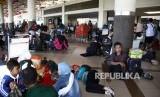 Calon penumpang memadati Bandara Internasional Juanda, Sidoarjo, Jawa Timur, Jumat (29/6).