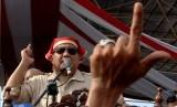Calon presiden nomor urut 02 Prabowo Subianto menyapa simpatisannya saat melakukan kampanye terbuka di Lapangan Karebosi Makassar, Sulawesi Selatan, Ahad (24/3/2019). Kampanye terbuka calon presiden nomor dua tersebut dihadiri ribuan simpatisannya dan dalam orasi politik Prabowo meminta agar seluruh simpatisannya menjaga kedamaian dan keamanan pada Pilpres 2019.