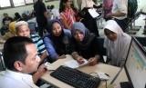 Calon siswa didampingi orang tua/wali murid melakukan pendaftaran penerimaan peserta didik baru (PPDB) SMP melalui sistem zonasi di SMPN 3 Kota Bekasi, Bekasi, Jawa Barat.