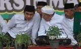 Wakil Gubernur Jawa Tengah, Taj Yasin Maimoen (kiri) bersama sang ayah, KH Maimoen Zubair