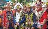 Calon Wakil Presiden (Cawapres) nomor urut 01, KH. Ma'ruf Amin  dan istrinya Wury Estu Handayani mengenakan pakaian khas Dayak Kalimantan  Timur di Pondok Pesantren Nabil Husen, Samarinda, Kalimantan Timur, Jumat  (22/3).