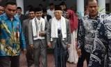 Calon Wakil Presiden (Cawapres) nomor urut 01 Ma'ruf Amin (kedua kanan) mengunjungi Pondok Modern Darussalam Gontor (PMDG) di Ponorogo, Jawa Timur, Selasa (22/1/2019).