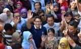 Calon Wakil Presiden nomer urut 02 Sandiaga Salahudin Uno (tengah) berfoto bersama warga saat berkampanye di Pasar Harjosari, Bawen, Kabupaten Semarang, Rabu (24/10/2018).