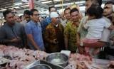 Calon Wakil Presiden nomer urut 02 Sandiaga Uno (kedua kiri) berbincang dengan pengunjung pasar saat melakukan kunjungan ke Pasar Modern BSD, Serpong, Tangerang Selatan, Banten, Jumat (9/11/2018).