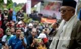 Calon Wakil Presiden nomor urut 01 Ma'ruf Amin memberikan pidato politiknya kepada relawan Jokowi-Maruf Amin saat kampanye di Desa Cigugur Girang, Parongpong, Kabupaten Bandung Barat, Jawa Barat, Ahad (20/1/2019).