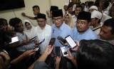 Calon Wakil Presiden nomor urut 02 Sandiaga Salahuddin Uno (tengah) didamping Direktur Materi Debat Badan Pemenangan Nasional (BPN) Prabowo-Sandi, Sudirman Said (keempat kiri) dan Sekretaris DPD Partai Gerindra Jawa Timur Anwar Sadad (ketiga kanan) memberikan keterangan pers di sela acara kunjungan ke Surabaya, Jawa Timur, Rabu (15/5/2019).