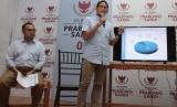 Calon Wakil Presiden RI nomor urut 02 Sandiaga Uno (kanan) didampingi Jubir Kampanye Prabowo-Sandiaga Uno, Sudirman Said (kiri) saat memaparkan dana kampanye yang diakukan di Media Center Prabowo-Sandi, Jakarta, Selasa (23/10/2018).