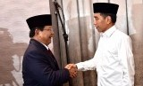 Capres nomor urut 01 Joko Widodo (kanan) bersalaman dengan capres no urut 02 Prabowo Subianto