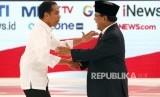 Capres nomor urut 01 Joko Widodo (kiri) berjabat tangan dengan Capres nomor urut 02 Prabowo Subianto.