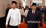 Capres nomor urut 01 Joko Widodo (kiri) berjalan bersama capres no urut 02 Prabowo Subianto sebelum mengikuti Debat Pertama Capres & Cawapres 2019, di Hotel Bidakara, Jakarta, Kamis (17/1/2019).