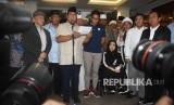 Capres nomor urut 02 Prabowo Subianto (tengah) bersama Cawapres Sandiaga Uno dan petinggi partai pendukung mendeklarasikan kemenangannya pada Pilpres 2019 kepada awak media di kediaman Kertanegara, Jakarta, Kamis (18/4/2019).