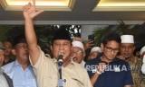 [ilustrasi] Capres nomor urut 02 Prabowo Subianto (tengah) bersama Cawapres Sandiaga Uno dan petinggi partai pendukung mengangkat tangan saat mendeklarasikan kemenangannya pada Pilpres 2019 kepada awak media di kediaman Kertanegara, Jakarta, Kamis (18/4/2019).