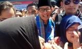 Cawapres nomor urut 2, Sandiaga Uno, berkunjung ke Pasar Raya Padang, Sumatra Barat pada Jumat (19/10).