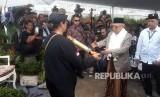 Cawapres pasangan no urut 01, KH Maruf Amin menghadiri acara deklarasi dukungan relawan moja 31 Cigugur Girang di Kampung Sukamaju, Desa Cigugur Girang, Kabupaten Bandung Barat, Ahad (20/1).