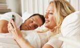 Cek ponsel pasangan (ILustrasi)