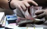 Cermat menghitung uang THR/ilustrasi