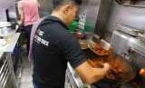 Chef Food Truck ACT memproduksi dan mendistribusikan makanan di pengungsian di Kampung Gebang Barat, Desa Pagesangan Timur, Kota Mataram, Lombok, NTB pada Jumat (10/8).