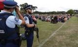 CHRISTCHURCH. Orang-orang berkumpul di Hagley Park untuk melaksanakan March for Love sebagai penghormatan pada korban terorisme di Christchurch, Selandia Baru, Sabtu (23/3) waktu setempat.