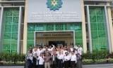 Civitas akademi berfoto bersama di Kampus UIN Sunan Gunung Djati, Bandung, Jawa Barat.