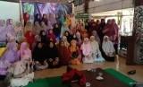 Coach Nanik Kartikawati dari PD Salimah Kab. Tulungagung berbagi tips sukses kepada 57 peserta Sekolah Bisnis Salimah (SBS) pada Ahad, (24/3), Tulungagung, Jawa Timur.
