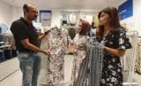 Country Manager of Indonesia Max Fashion, Rajesh Kulkarni menjelaskan produknya ke konsumen.