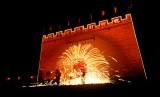 Da ShuHua, tradisi berusia ratusan tahun di Cina dimana panda besi melempar logam cair ke tembok untuk menciptakan percikan api. Tradisi ini berlangsung saat perayaan Imlek.