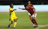 Winger Indonesia Febri Haryadi (Kanan) berusaha melewati pemain Guyana Kelsy Benjamin (Kiri)  dalam pertandingan persahabatan Indonesia melawan Guyana di Stadion Patriot Chandrabhaga,  Bekasi, Jawa Barat, Sabtu (25/11).