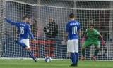 Danielle De Rossi mengeksekusi penalti saat masih memperkuat timnas Italia.