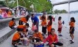 Danone-AQUA bersama Yayasan Sulinama mengajak anak-anak memisahkan sampah.