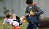 Seorang ayah mengajari anaknya taktik main bola. (Ilustrasi)