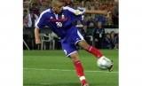 David Trezeguet saat mencetak gol kemenangan Prancis atas Italia.