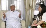 Deddy Mizwar (kiri) dan Jurnalis Republika, Farah Nabila Noersativa di program iMPRESI Republika TV