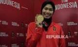 Defia Rosmaniar, penyumbang emas pertama bagi Indonesia pada Asian Games 2018 dari cabang olahraga taekwondo, menjawab pertanyaan pers di Rumah Indonesia, Kuningan, Jakarta Selatan, Ahad (19/8).
